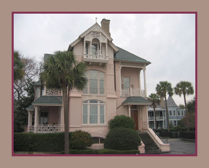 00aFavorite Pink home in Charleston near E and S Battery Streets [borders]