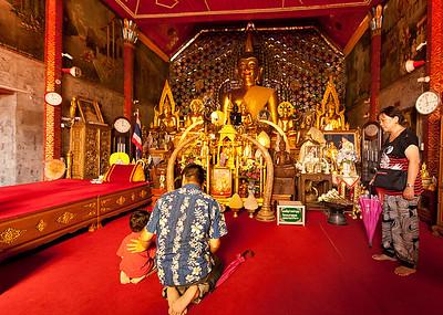 Wat Phrathad Doi Suthep prayer