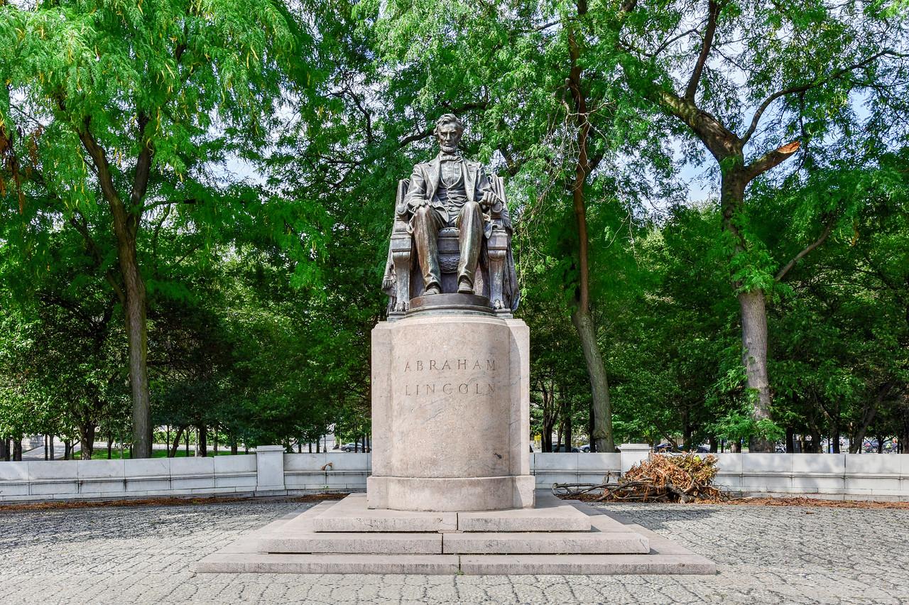 Abraham Lincoln statue in Grant Park