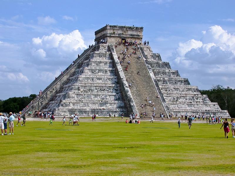El Castillo<br /> L'édifice le plus important et le plus spectaculaire du site est une grande pyramide  en terrasses, appelée Castillo  (château en castillan) par les conquistadors  espagnols. D'une hauteur de 24 mètres du sol à la plateforme supérieure, il ne s'agit pas de la plus haute de la région (elle est par exemple moins élevée que celle de Uxmal, haute de 40 m) mais c'est celle qui est dans le meilleur état de conservation (il n'est d'ailleurs plus possible de grimper jusqu'au sommet, et ce, depuis 2007, dans un esprit de conservation). Du sommet de la pyramide, on peut toutefois voir tous les autres édifices du site ainsi que la forêt environnante, d'une superficie de 300 hectares. La légende veut qu'à la fin du Xe siècle, Chichén Itzá ait été occupée par les Toltèques conduits par le légendaire Quetzalcoatl, le Serpent à Plumes, chassé par une faction rivale de la capitale toltèque, Tula, au nord de l'actuelle Mexico. Le Castillo, attribué à ces étrangers, présente des innovations architecturales qui tournent autour du thème du Serpent à Plumes.
