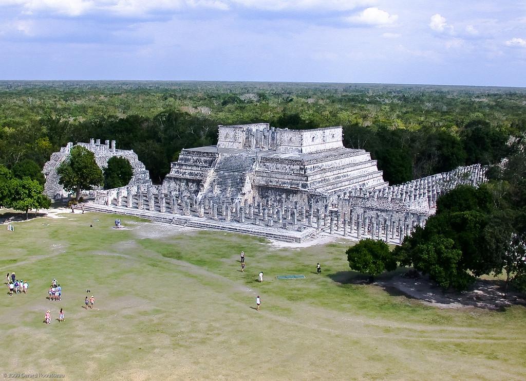 Chichen-Itza (13 of 30)<br /> <br /> Le Temple des Guerriers Jaguar<br /> <br /> Le temple des guerriers du jaguar possède des fresques qui relatent la conquête de la péninsule par les Toltèques. L'entrée du temple qui est construit sur une pyramide est délimitée par deux magnifiques piliers, terminés à la base par deux énormes têtes de serpents et précédés par un chaac-mool : cet étrange personnage est sculpté dans la pierre dans une position à moitié couchée et reposant sur les coudes, de telle sorte qu'il soutient sur le ventre un plateau destiné à recevoir les offrandes faites au dieu (les cœurs des victimes sacrifiées). Tout près du temple des guerriers se dresse le temple des mille colonnes, chacune d'elles étant taillée en forme de serpent à plumes.
