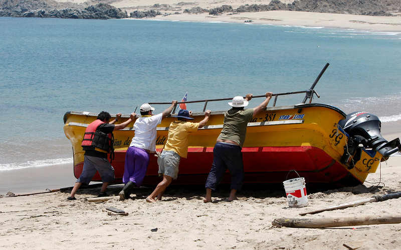 Preparing the boat for a trip around the island at Caleta de Pan de Azucar