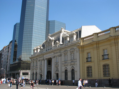 Plaza de Armas. Palacio de la Real Audiencia (1804), now a museum.