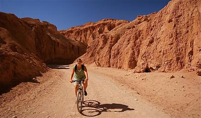 Mountainbiken in de woestijn. Cordillera de la Sal, Desierto de Atacama. Chili.