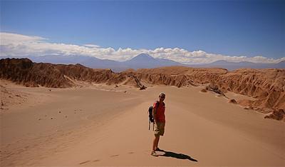 Valle de la Muerte met op de achtergrond Volcan Licancabur. Cordillera de la Sal, Desierto de Atacama. Chili.