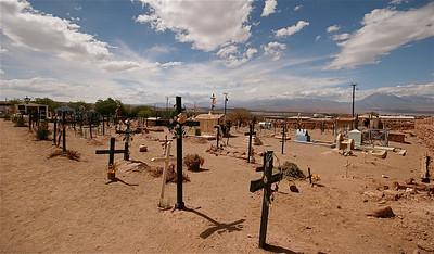 Een begraafplaats midden in de woestijn. San Pedro de Atacama, Chili.