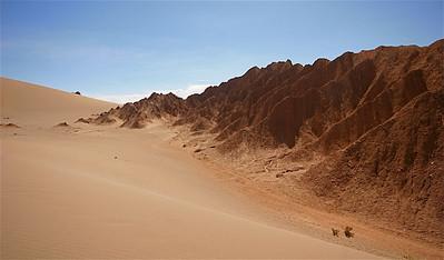 Prachtige zoutformaties in de zandduinen van Valle de la Muerte. Cordillera de la Sal, Desierto de Atacama. Chili.