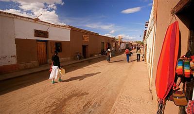 Een stoffig, maar kleurrijk dorpje in de woestijn. San Pedro de Atacama, Chili.