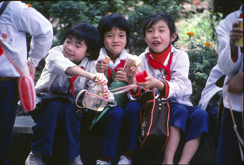 School kids on a field trip in a Guangzhou park.  All the kids knew two words of English:  Hallo! & GoodBY!, and I think everyone tried them out on me that day.