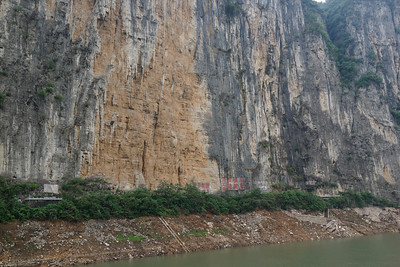 Mao's poetry carved on cliff at Yangtze River