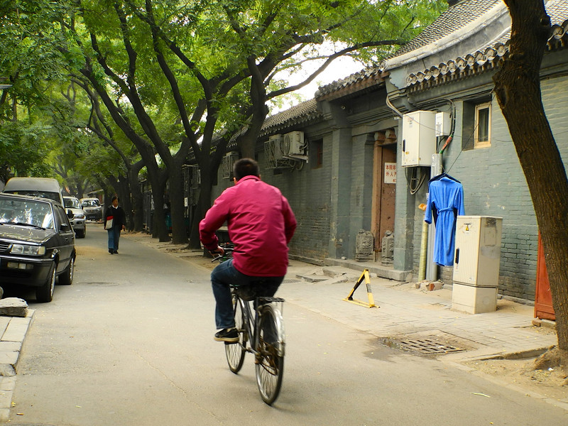 Although current prosperity has allowed many cars to take over, there are still a lot of bicycles used here.