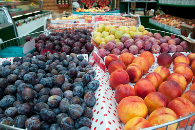 Just east of Leavenworth are a bunch of orchards. I drove to one to buy some fresh fruit. Tastiness followed.