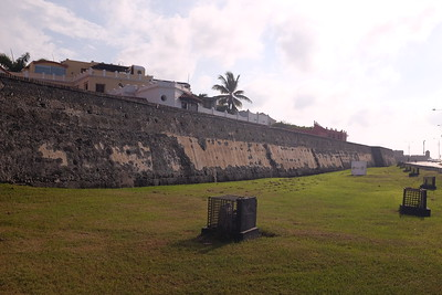 The historic center is surrounded by 11 kilometers of defensive walls. These were complemented by fortifications along the coast, making Cartagena a militarily impregnable city.