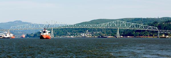 We pass the Longview Bridge, last Columbia River crossing until before Astoria.