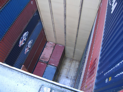In het ruim maximaal  11 (10) containers stapelen