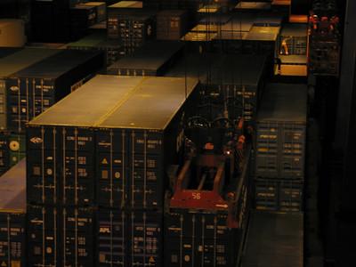 Man uit kooi, op container