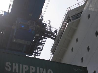 Havenkraan botst tegen schip