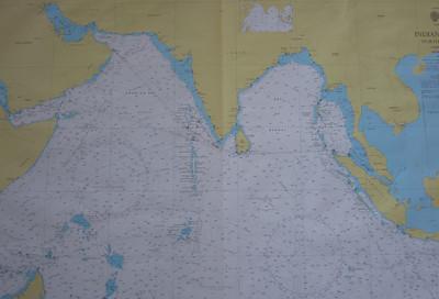 Elk uur de positie met potlood markeren op een zeekaart
