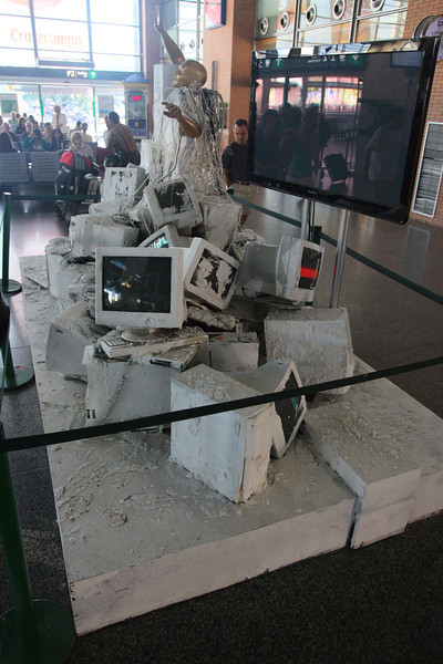 Just near the main entrance of the Cordoba Central station, I noticed this 'exhibit' by obviously some artist (dunno his name [yet])<br /> Just a pile of junked PC's and monitors. Some leds were lit and the screens showed colored bars.<br /> The whole contraption was 'sprinkled' with white paint and pieces of broken plaster.<br /> Nice!!!!