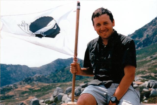 Luis Carrasco con la bandera Corsa