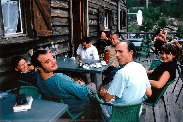 Tomando un cafe en unos de los refugios junto a Oscar Alegria, Ludo y una pareja de vasco