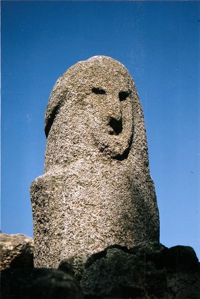 Cursiosas esculturas tallaban sobre la roca, los primitivos de la isla