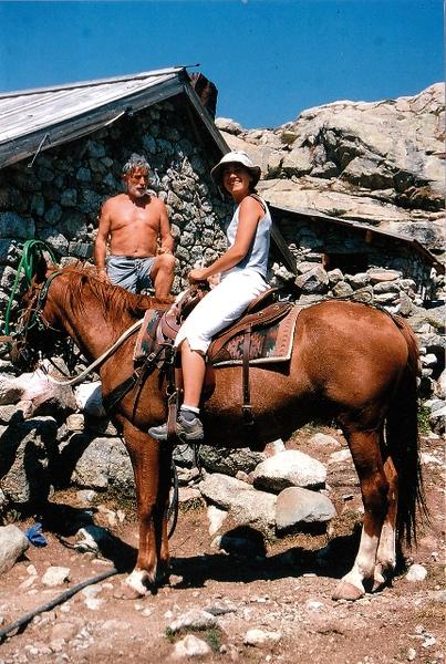 Marie monta a caballo en una granja de Corcega