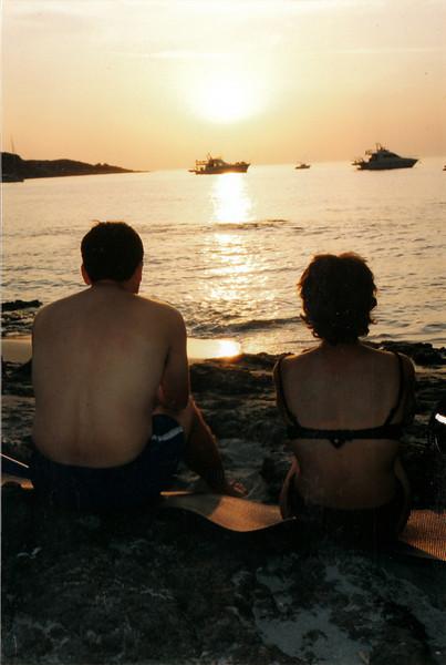 Despues de esta puesta de Sol, pasamos la noche en la playa junto a Oscar Alegria.