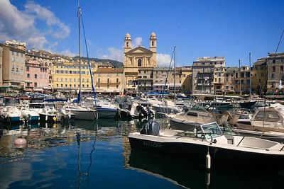 Vieux Port met de St.-Jean-Baptiste kerk op de achtergrond. Bastia, Corsica, Frankrijk.