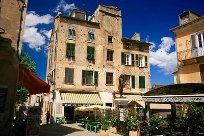 Place Gaffori en het monument voor de held van de inname van Corte. Corte, Corsica, Frankrijk.