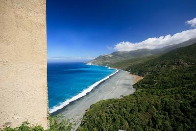 Het zwarte (vervuilde) strand van Nonza, Cap Corse. Corsica, Frankrijk.
