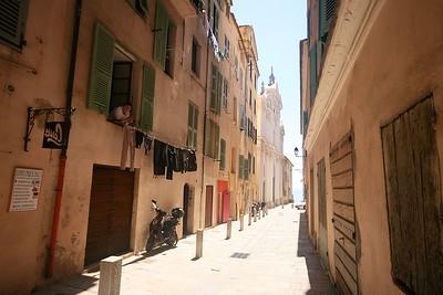 De straatjes binnen de citadel.    Corsica, Frankrijk.