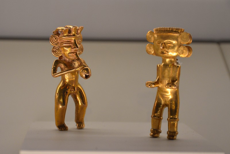 After lunch, we checked out the Museo del Oro Precolumbino (Pre-Columbian Gold Museum).  It houses Central America's largest collection of pre-Columbian gold jewelry - - more than 1600 pieces.