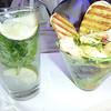 Almorzamos a un bar-restaurante en el Aeropuerto Internacionál Miami.  Mojito al izquierdo, ceviche de camarrones al derecho.<br /> Mojito and shrimp ceviche, Miami International Airport.  Feb. 4, 2012