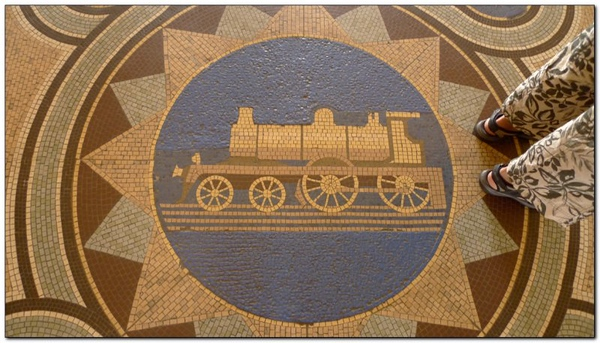 Mosaic floor tiles (109292719)