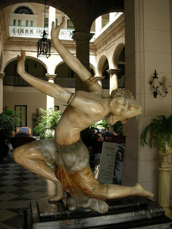 Calle Obispo üzerindeki Hotel Florida'nın girişindeki bu heykel oldukça meşhur. Farklı renkte mermerlerden yapılmış.<br /> N 23 08'20.24 W 82 21'08.80
