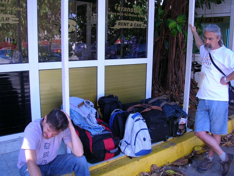 Sabahin 6 sinda yola cikip arabayi Havana'da 10 da teslim ettik. Kizlar Air France'da donus yolu icin exit ayarlamaya calisiyorlar, bizde bekliyoruz.<br /> N 23 08'33.41 W 82 22'51.73