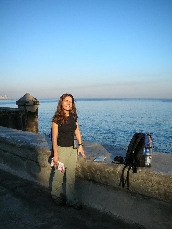 Burasi Malecon. Havananin Kordon boyu. Manzara ve deniz cok guzel ama binalar felaket bakimsiz. Cuba'dan gonderdigim ilk koordinat burasidir arkadaslar.<br /> N 23 08'32.46 W 82 21'50.44