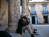 Kendimize kalacak daha ugun bir yer bulduktan sonra yuruyup Havana Vieja'ya yani sehrin eski ve meshur tarafina geldik. Plaza de la Catedral'de manzara mukemmeldi. Meydanin bir kaç yerinde farkli amcalar salsa caliyorlar, ortalikta turistler dolaniyor ve yandaki iki babada fotograf çektiriyorlar. Ortam Surreal.<br /> N 23 08'27.31 W 82 21'05.79