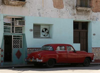 Oude auto's uit de jaren 50 zijn niet uit het straatbeeld weg te denken. Havana, Cuba.