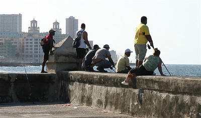 Vissende jeugd aan de Malecon. Havana, Cuba.