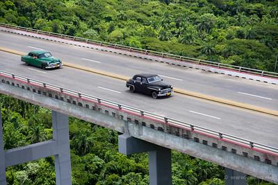 Autos cubanos en el puente de Jibacoa