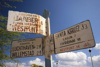 Oude verkeersborden langs de weg.  Curaçao.