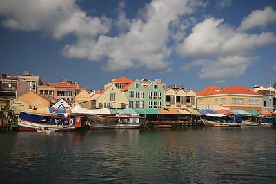 De drijvende markt aan de Sha Caprileskade, Willemstad, Curaçao.