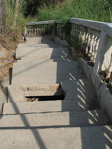 2006-11-18_11871 stairs with pitfall Treppen mit Fallgrube ecaleras con hoyo