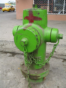 2006-11-06_11649 hydrant colored different - green instead of red Hydrant mal anders gefärbt - grün anstatt von rot boca de riego tinto differente - verde en lugar de rojo