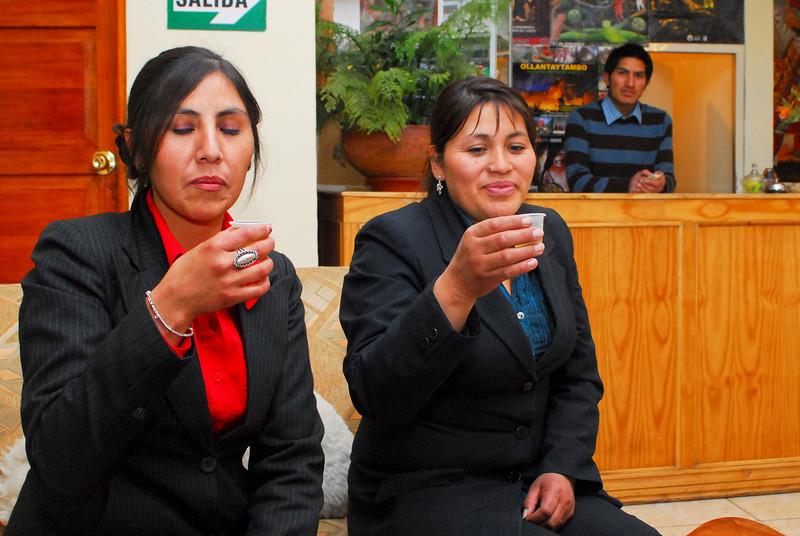 Ruth & Maruja tomando un orujo cántabro - Hostal El Peregrino - Calle del Medio - Cusco - Perú<br /> <br /> Ruth & Maruja having a Spanish orujo - Hostal El Peregrino - Calle del Medio - Cusco - Peru<br /> <br /> Ruth & Maruja met een orujo uit Cantabrië - Hostal El Peregrino - Calle del Medio - Cusco - Peru<br /> <br /> Ruth & Maruja avec de l'orujo de Cantabrie - Hostal El Peregrino - Calle del Medio - Cusco - Pérou