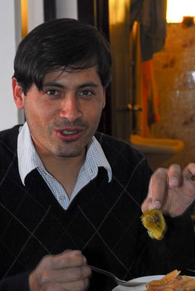 Erick Rojas Santander almorzando en la casa de Sra. Rosalvina Santander, su madre.