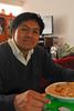 Mario Cusihuaman Cusihuaman comiendo adobo en la casa de Sra. Rosalvina Santander