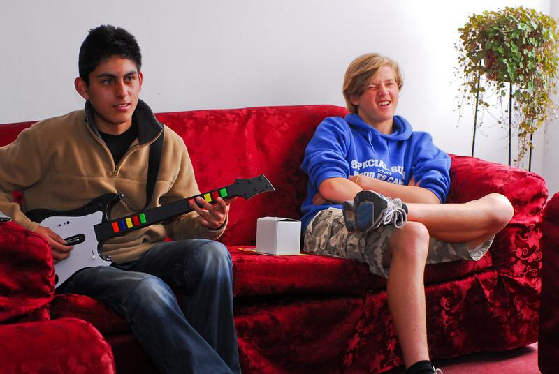 Guitar Hero con Alejandro Rojas Dueñas en la casa de Sra. Rosalvina Santander, su abuela, y mi hijo Yngwie Vanhoucke